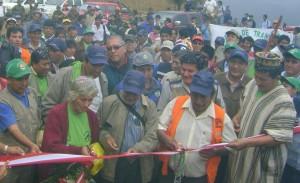 Manuel Altamirano y Carmelo Huamán cortaron la cinta bicolor e inauguraron la vía.