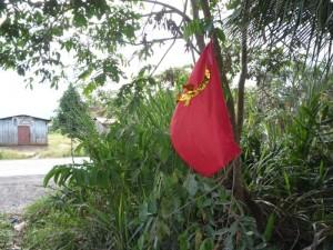 Banderas con la hoz y el martillo fueron colocadas en un radio de diez kilómetros en la carretera Fernando Belaunde
