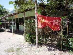 Trapos rojos fueron colocados a lo largo de la vía que une Tingo María y el Valle del Monzón