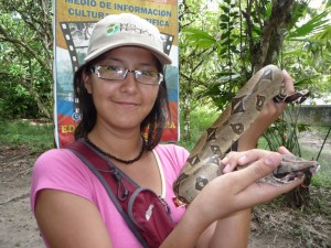 Reportera de INFOREGIÓN, Paquita Lao, en contacto con las serpientes.