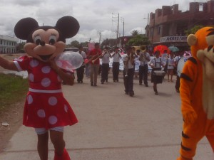 Personajes infantiles acompañaron marcha de prevención e información.